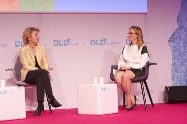 Yahoo chief development officer Jackie Reses (right) with German minister Ursula von der Leyen